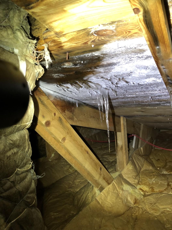 Vi konstaterar kondens i ventilationskåpa, fukt/vatten tränger in genom kåpan